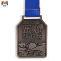Соревнования по бегу награждают сувенирной медалью для финишера
