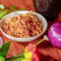 Жареные луковые чипсы Хрустящие ломтики жареного лука-шалота