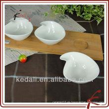 Plato de bocado de porcelana con bandeja de bambú