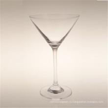 Прозрачный классический и изящный свинец. Коктейль из стекла. Кубок.
