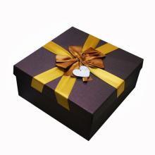 Caja de empaquetado del regalo de papel de encargo con la cinta de seda