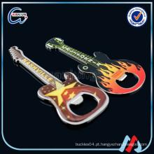 Guitarra em forma de chaveiro abridor de garrafa