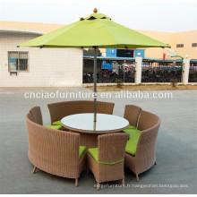 Table à manger ronde avec un parasol