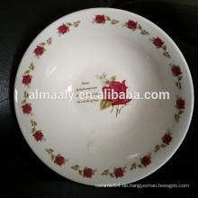 Weiße Hochzeitsschalen mit roter Rose