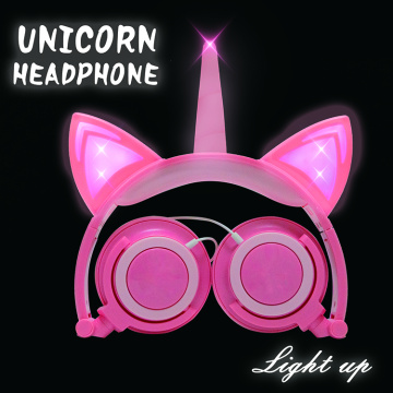As orelhas do gato do unicórnio iluminam auscultadores das meninas do diodo emissor de luz