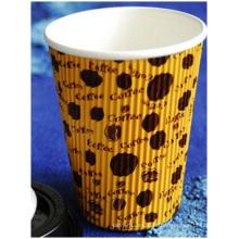 Copo de café ondulado quente, anunciando o copo de chá do leite