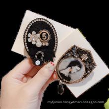 Fall Winter Alloy Rhinestone Designer Brooch Pin for Women Girl Coat Sweater Accessories Geometric Imitation Pearl Belle Femme