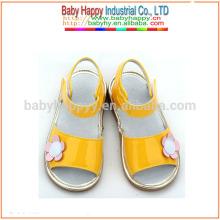 Shenzhen neue Art Sandelholz nette Mädchen quietschende Schuhe preiswerter Großverkauf
