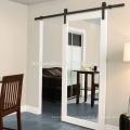 Baño del hotel Marriott, puerta de granero con espejo
