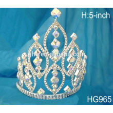 Différents tiaras de mariage, tiara glacée, perles de beauté, couronnes, coriandres éclairées
