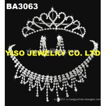 Красивый традиционный набор ожерелья