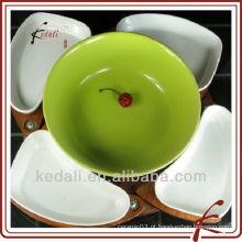 Prato de cerâmica colorida com bandeja de madeira bandeja de aperitivo
