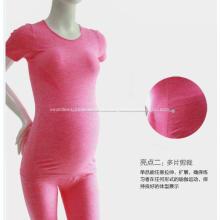 Mulheres grávidas sem costura funcionais usam vestido de maternidade