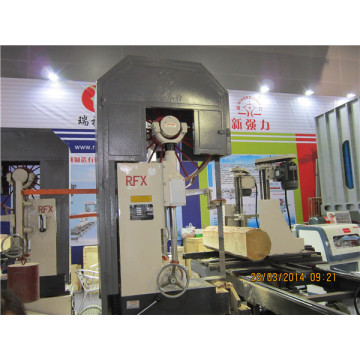 Automatic log cutting band saw carriage