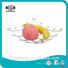 Panier en métal suspendu aux fruits