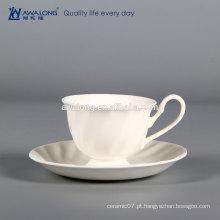 Taça de forma original e molho, copo de café cor branca e pires, copo de cerâmica