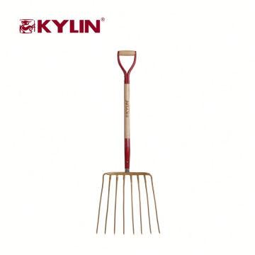 O profissional da agricultura utiliza ferramentas a forquilha do aço carbono com punho de madeira