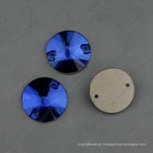 Sew azul redondo em botões com dois buracos