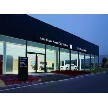 O carro 4s moderno moderou a sala de exposições de vidro do escritório da parede da fachada