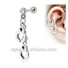 Les menottes en acier chirurgical pendent une boucle d'oreille en cartilage