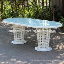 Table d'extérieur en rotin blanc avec plateau en verre
