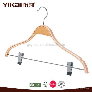 Cinto de madeira laminado com entalhes e clipes de metal para cabide
