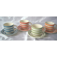 Caneca de cerâmica colorida e conjunto de chá Pires