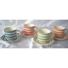 Taza de cerámica colorida y juego de té del platillo