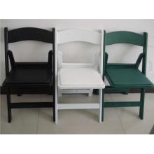 Cadeira de plástico acolchoada de jardim branco e preto para casamentos