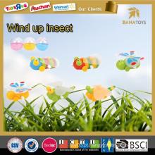 Crianças de insetos de plástico barato enrolam brinquedos