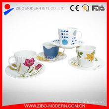 Taza blanca de la porcelana con los pla tazas Taza y platillos