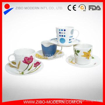 Фарфоровая чашка с чашками и блюдцами