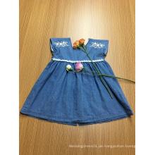 blaues beiläufiges Mädchenkleid der Denimstickereispitze