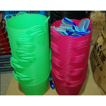 vários baldes de alimentação de cavalo de borracha de cor