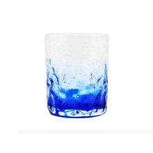 Copo de vidro com copo de bolha azul
