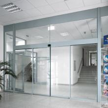 Porte coulissante en verre avec capteur automatique commercial