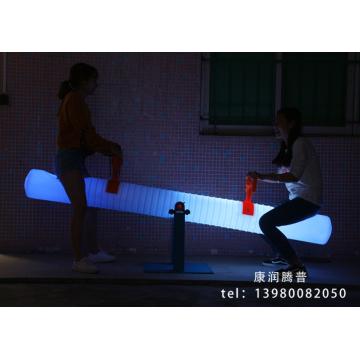 Наружная зарядка PE вращающегося формовочного светильника на качелях