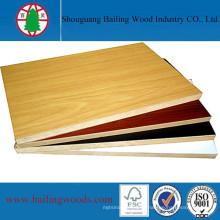 A placa do MDF da melamina para faz a mobília de madeira