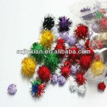 Pompones coloridos con hilos brillantes