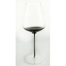 Klares Weinglas mit rauchgrau