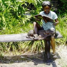 parc à thème décoration de jardin bronze garçon avec chien assis sur une statue de banc