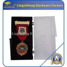Jóia da medalha de ouro da forma com a caixa plástica embalada
