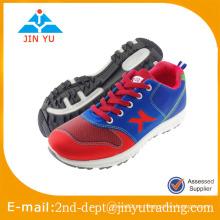 Los zapatos más nuevos calzan los zapatos corrientes