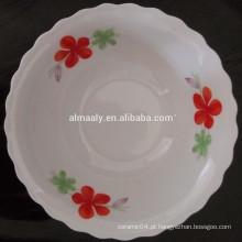 corte a borda diária usando tigela de salada de porcelana com decalque