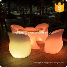 Cadeira de plástico brilhante, luz acima de cadeiras, em mudança da cor levou a cadeira