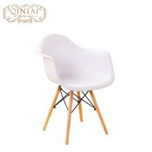 Chaise en bois de patchwork moderne de jambe en bois colorée de siège plasrique dinant la chaise