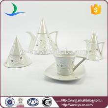 Weißer keramischer Tee und Kaffeesatz mit einfachem Design