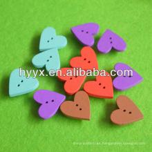 Botón de madera en forma de corazón