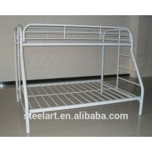 Trois lits superposés en métal pour trois enfants