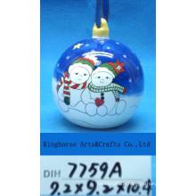 Keramische Schneemänner, die Ball für Weihnachtsdekoration übergeben
